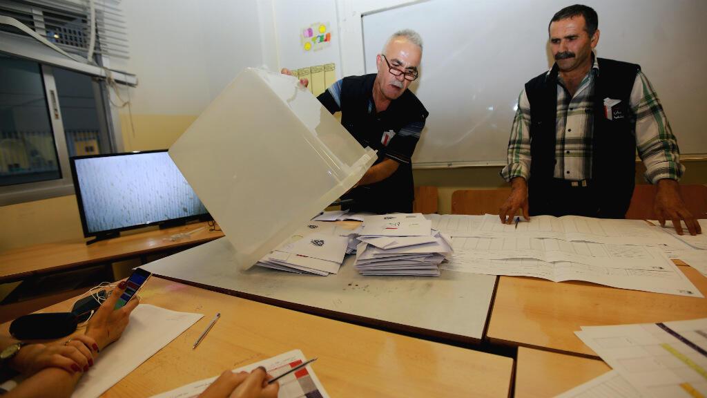 Des assesseurs commencent le dépouillement, lors des élections législatives du 6 mai 2018, à Beyrouth.