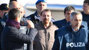 Cesare Battisti sortant de son avion qui l'a ramené en Italie, le 14 janvier 2019.