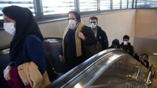أشخاص يرتدون كمامات في طهران للوقاية من فيروس كورونا.