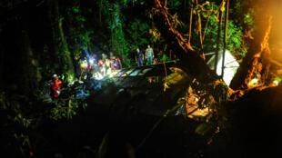 Les secours ont eu beaucoup de mal à accéder à la carcasse de l'autocar en raison de la nuit et du terrain accidenté.