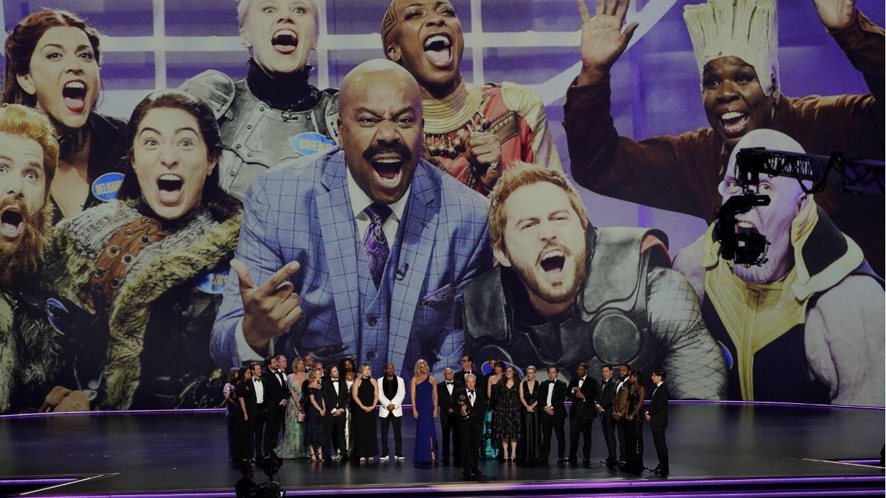 Lorne Michaels y el elenco de 'Saturday Night Live' reclaman el premio en la categoría programa de variedades.