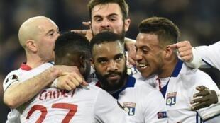 لاعبو ليون يحتفلون بالهدف الذي سجله ألكسندر لاكازيت (وسط) في مرمى روما، الخميس 9 آذار/مارس 2017
