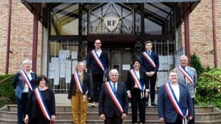 Le maire de Tomblaine (Meurthe-et-Moselle) Hervé Féron (centre) pose avec ses conseillers municipaux, le 23 mai 2020 devant la mairie