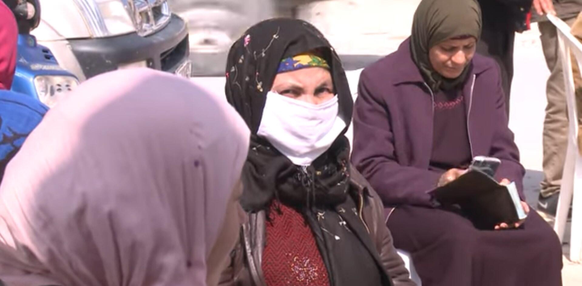 تونسيون يتسلمون مساعدات مالية في ظل أزمة فيروس كورونا