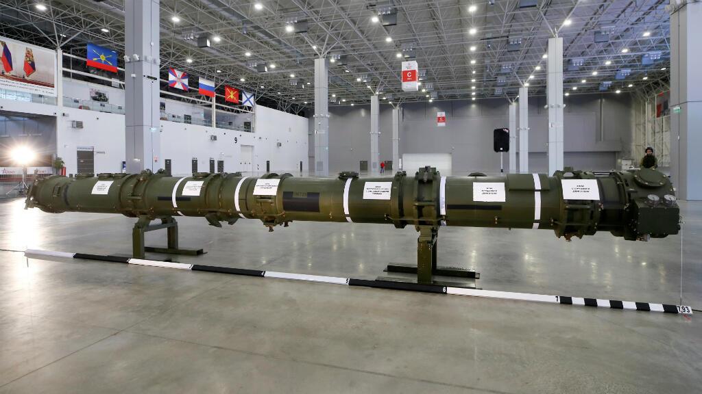 Un componente del sistema de misiles de crucero SSC-8 / 9M729 se exhibe durante una sesión informativa de noticias, organizada por Rusia y el Ministerio de Defensa y Asuntos Exteriores, cerca de Moscú, Rusia, el 23 de enero de 2019.