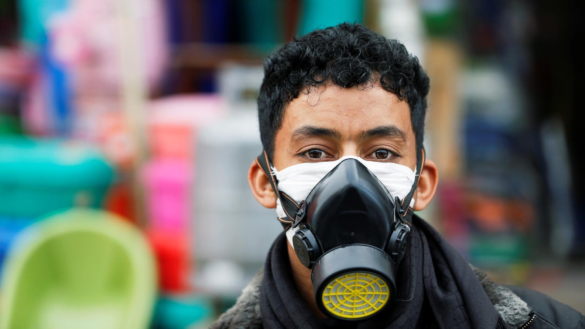Un hombre de seguridad con una máscara protectora está parado en una calle durante un toque de queda de 24 horas en medio de preocupaciones sobre la propagación de la enfermedad por coronavirus (COVID-19), en Sanaa, Yemen, 6 de mayo de 2020.