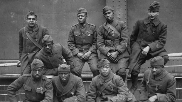 Des soldats du 369e régiment d'infanterie ayant été décorés par la Croix de guerre en 1919