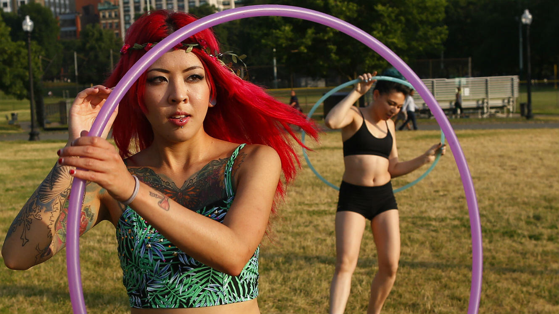 En faisant 10 minutes de hula hoop, on perd en moyenne 100 calories.