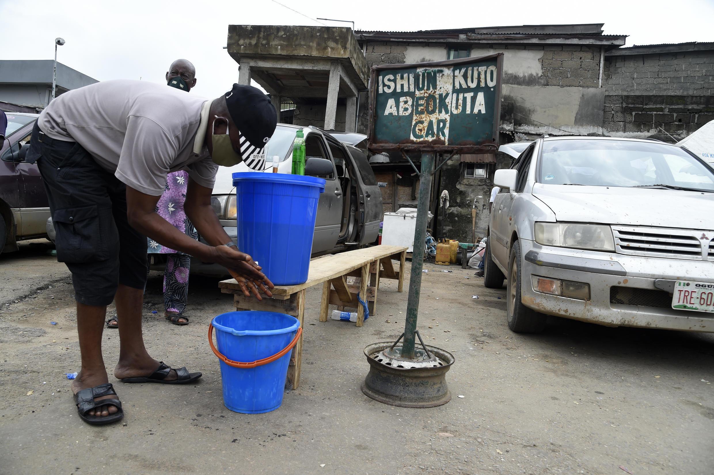 Un homme désinfecte ses mains à Lagos, le 1er juillet 2020, au Nigeria.
