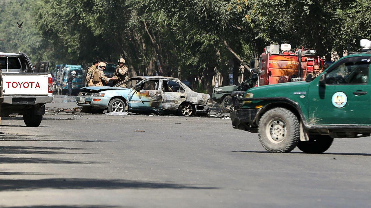 Los miembros de las fuerzas de seguridad afganas inspeccionan el sitio de una explosión cerca a la Universidad de Kabul, Afganistán, el 19 de julio de 2019.