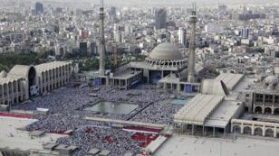 Des milliers d'Iraniens participant à la prière de l'Aïd al-Fitr dirigée par Khamenei à Téhéran