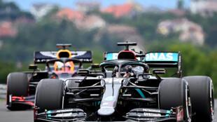 La Mercedes de Lewis Hamilton devance Max Verstappen (Red Bull) pendant les essais libres 1 du Grand Prix de Hongrie sur le Hungaroring de Budapest le 17 juillet 2020