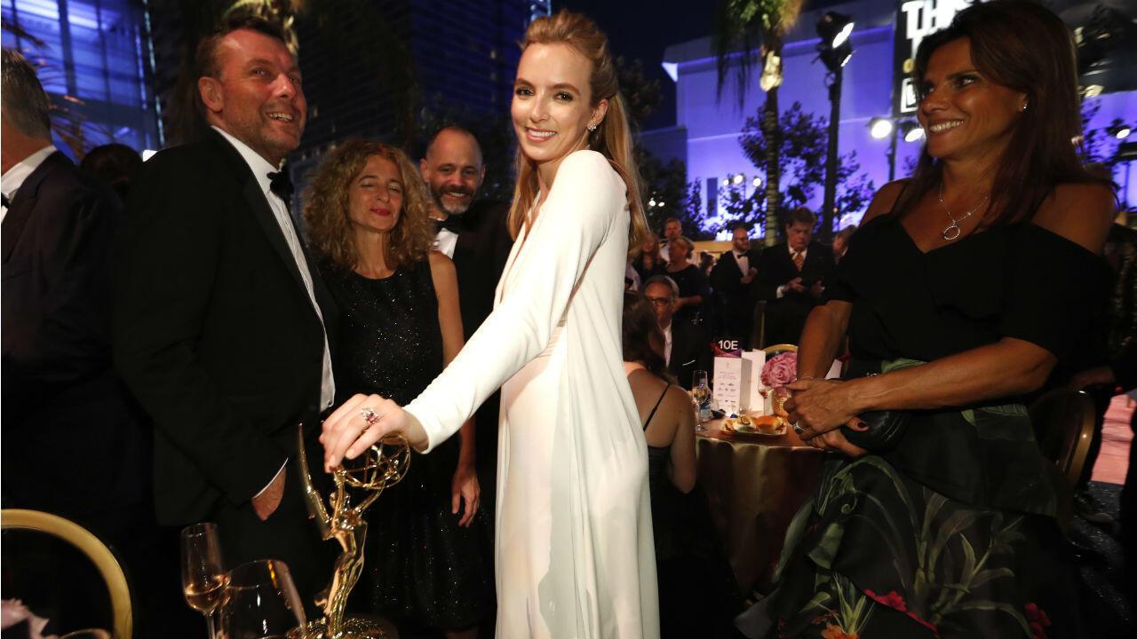 Jodie Comer, de la serie 'Killing Eve' posa con su premio a la mejor actriz principal en una serie dramática.