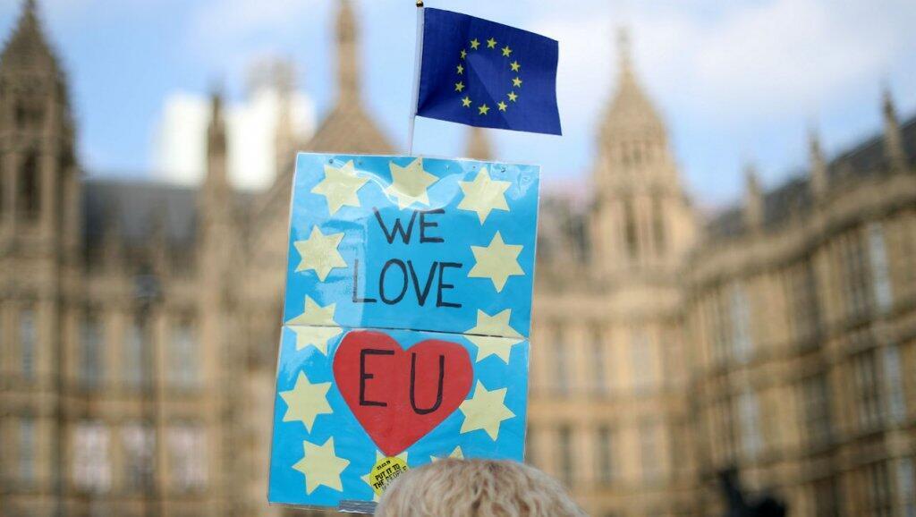 """لافتة رفعت في مظاهرة مناهضة للبريكسيت """"نحب الاتحاد الأوروبي"""""""