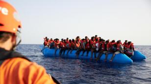 Un grupo de migrantes es rescatado de un bote inflable por la tripulación del barco de rescate Alan Kurdi de la ONG Sea-Eye a unas 34 millas de la costa Libia, el 5 de julio de 2019.