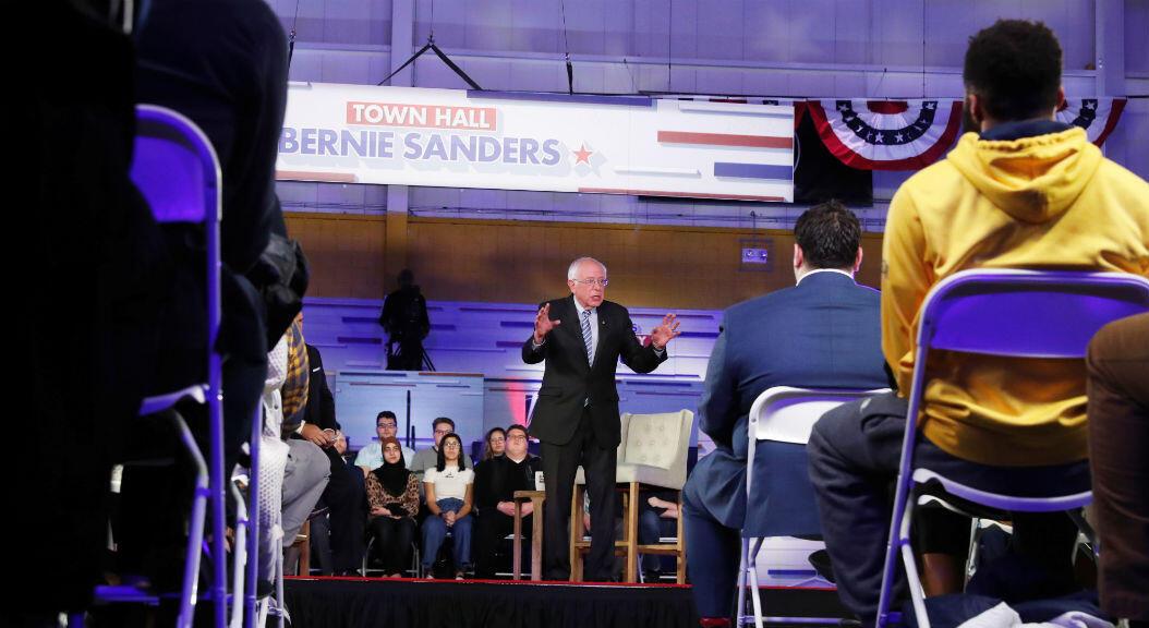 El precandidato presidencial por el partido demócrata, Bernie Sanders, participa en un conversatorio con moderadores de FOX News, en Detroit, Michigan, EE. UU., el 9 de marzo de 2020.