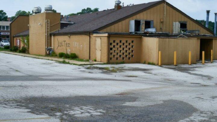 آثار دماء على الارض في جادة ويست فلوريسانت في فيرغسون بولاية ميزوري في 10 آب/أغسطس 2015