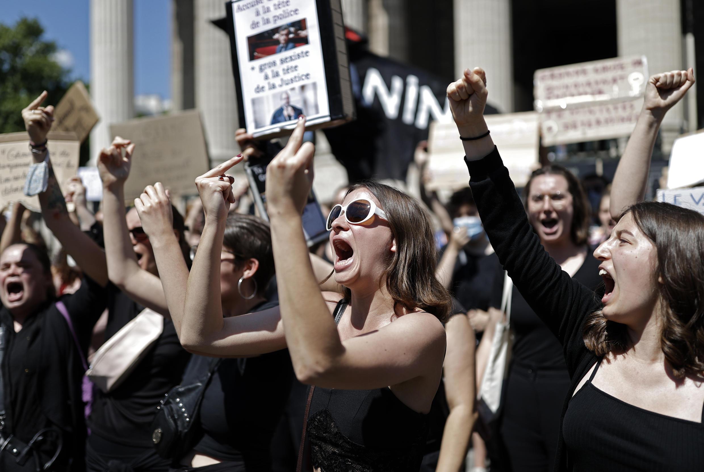 Grupos de feministas se manifiestan contra el nombramiento de Gerald Darmanin en París, el 7 de julio de 2020.