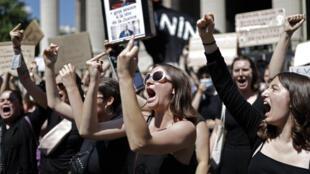 Des féministes manifestent contre la nomination de Gérald Darmanin près du ministère de l'Intérieur à Paris le 7 juillet 2020