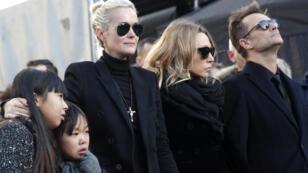 Le 9 décembre 2017 en l'église de la Madeleine à Paris: Laeticia Hallyday, ses filles Jade et Joy, Laura Smet et David Hallyday, côte à côte pour la cérémonie en hommage à Johnny Hallyday.