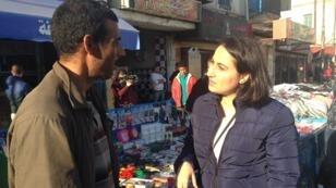 """مايسة عواد مع أحد الباعة في """"باب الجزيرة"""" في تونس العاصمة"""