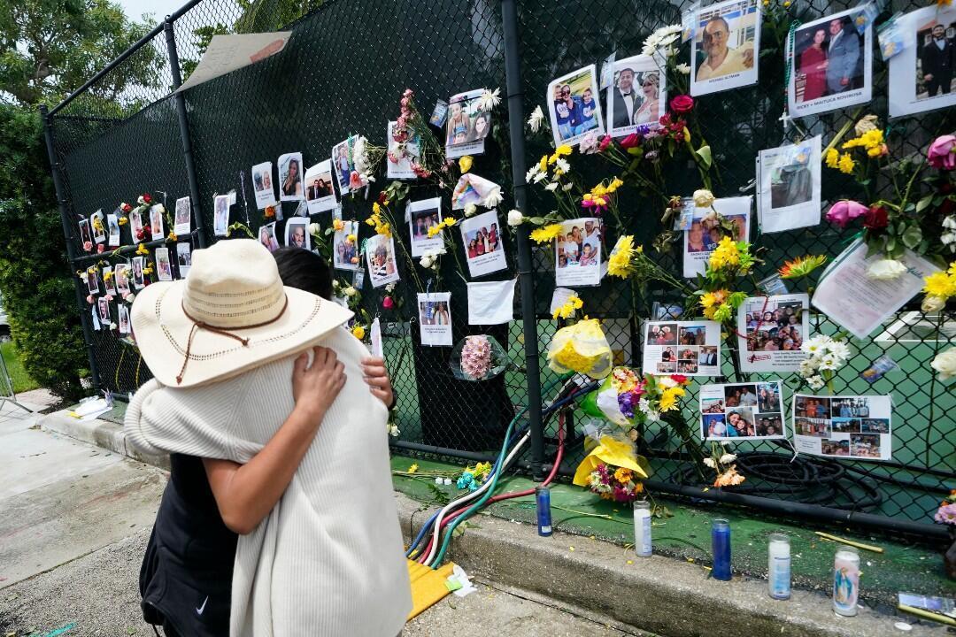 Familiares de las víctimas del edificio que se desplomó en Miami se reúnen para honrar a las víctimas.