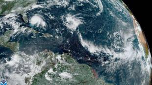 Fotografía tomada por la Administración Nacional Oceánica y Atmosférica (NOAA) donde se muestra el paso del huracán Dorian sobre Bahamas