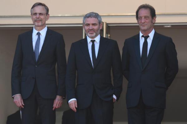 Le producteur Christophe Rossignon, le réalisateur Stéphane Brizé et Vincent Lindon en haut des marches du Palais des festivals.