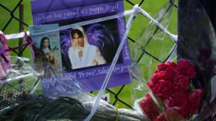 Hommage à Prince devant son domicile de Paisley Park, près de Minneapolis.
