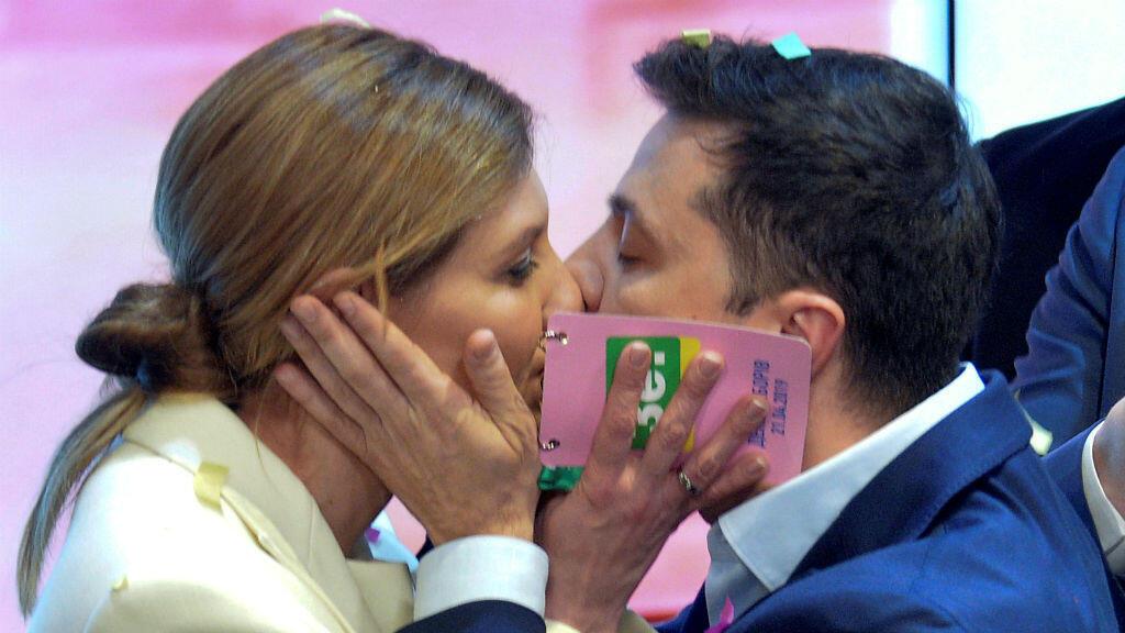 El candidato presidencial ucraniano, Volodimir Zelenski, besa a su esposa Olena en la sede de su campaña en Kiev, Ucrania, el 21 de abril de 2019, luego de conocer los resultados preliminares de las elecciones.