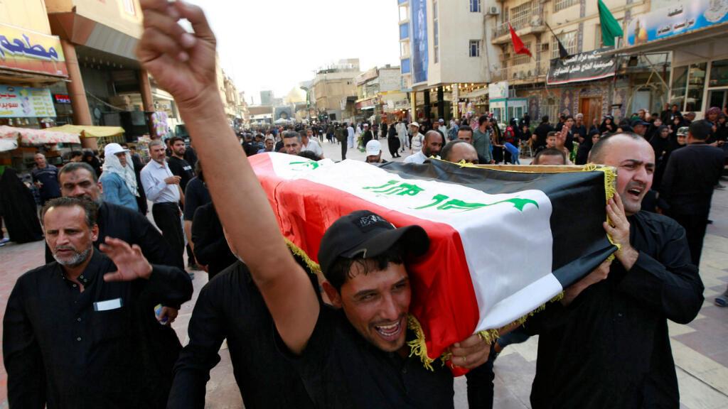 Un grupo de hombres carga el ataúd de un manifestante que fue asesinado durante las protestas antigubernamentales, en un funeral en Najaf, Irak, el 7 de octubre de 2019.