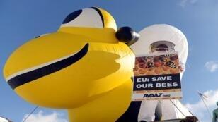 Imagen de archivo de una abeja inflable durante una protesta en Bruselas. 14/3/2013.