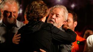 El expresidente, Luiz Inácio Lula da Silva, recibe el abrazo de la expresidenta de Brasil, Dilma Rousseff, durante un acto en Curitiba. Marzo 28 de 2018.