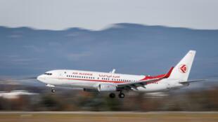 طائرة بوينغ 737-8 دي 6 تابعة للخطوط الجوية الجزائرية تهبط في مطار جنيف في 20 تشرين الثاني/نوفمبر 2017.