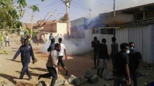 محتجون سودانيون في حي بري في الخرطوم في 24 شباط/فبراير 2019