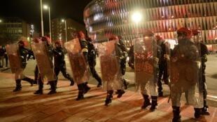 Vista general de la policía antidisturbios fuera del estadio antes del partido por Europa League entre el Athletic Club de Bilbao y el Spartak de Moscú.
