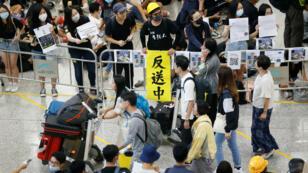 Cientos de manifestantes se instalaron en la sala de llegadas del aeropuerto de Hong Kong para informar a los visitantes las razones de su protesta