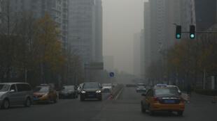 Una vista del contaminado panorama en una calle de Beijing, China, el 26 de noviembre de 2018.