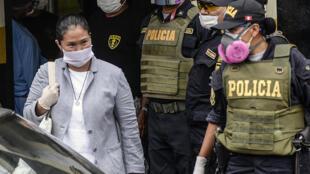 La dirigente política peruana Keiko Fujimori (I) a su salida de prisión el lunes 4 de mayo de 2020