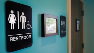 Une loi votée en Caroline du Nord, imposant aux transgenres d'aller dans les toilettes de leur sexe d'origine, a fait scandale.