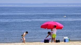أشخاص على الشاطئ في فرنسا بتاريخ 2 حزيران/يونيو 2020