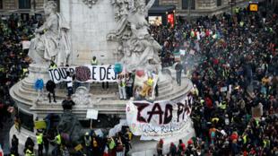À Paris, la marche sur le climat a rassemblé des milliers de manifestants dont des Gilets jaunes, le 8 décembre 2018.