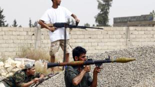 مقاتلون موالون لحكومة الوفاق الوطني الليبية المعترف بها من الأمم المتحدة في عين زارة جنوب طرابلس في 23 نيسان/أبريل 2019