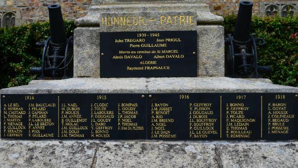 Le monument aux morts de Caro où est inscrit le nom de Théophile