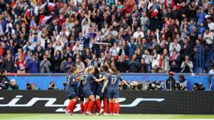 Une partie de l'équipe française de football féminin célébrant un but pendant le match d'ouverture du Mondial-2019 face à la Corée du sud, le 7 juin 2019, au Parc des princes à Paris.
