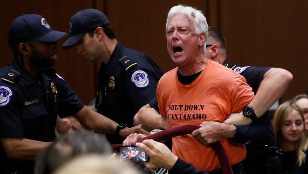 Un manifestante es removido del auditorio donde Gina Haspel rendía audiencia de confirmación como directora de la CIA ante Comité de Inteligencia del Senado en Capitol Hill en Washington, EE.UU., el 9 de mayo de 2018.