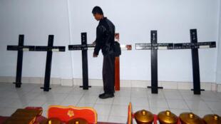 Des croix avec les noms des condamnés disposées, le 28 avril 2015, dans une église de Cilacap, en Indonésie, quelques heures avant  les exécutions.