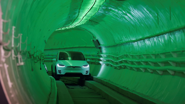 'The Boring Company' de Elon Musk presenta el túnel de prueba de una red de transporte subterráneo propuesta en el condado de Los Ángeles, en California, el 18 de diciembre de 2018.