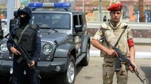 جندي مصري وشرطي من القوات الخاصة في القاهرة