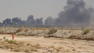 الدخان يتصاعد من موقع الهجوم على منشآت أرامكو السعودية. 14 سبتمبر/أيلول 2019.